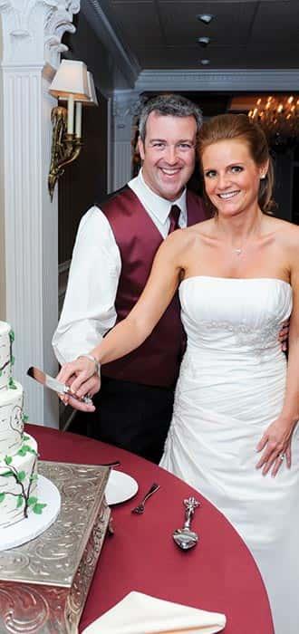 wedding-cutting-cake-home-slide-min